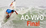 O brasileiro Adriano de Souza está na água encarando Taj Burrow. Acompanhe AO-VIVO