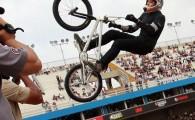 Convidado de última hora, Douglas Leite, de 20 anos, de São Bernardo do Campo, voa 6,20 metros e levanta o […]