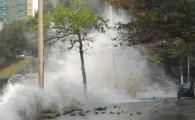 Ressaca atinge orla do Rio e provoca ondas de até 3,5 m