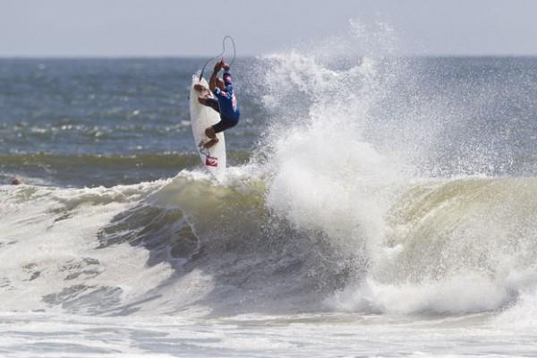 Kelly Slater, cai diante de Owen na final. Foto Surf: ASP / Divulgação