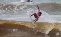 Após dois dias de tempestades na Gold Coast, o Billabong ASP World Junior retornou na quinta-feira para continuar a decisão do título mundial Pro Junior de 2011 na Austrália. As ondas subiram para 3-4 pés, porém com formação irregular no mar mexido com forte correnteza em Burleigh Heads.