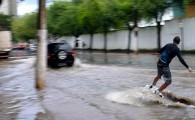 Galera pratica Wakeboard nas ruas alagadas de Vitória.