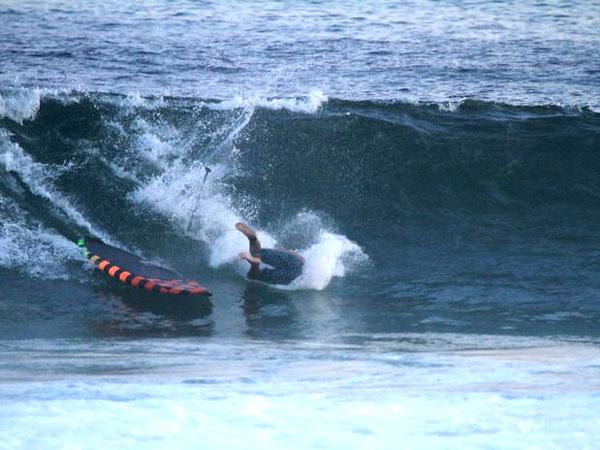 Caio Castro toma tombo ao praticar paddle surf no Rio de Janeiro