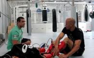 O campeão mundial de boxe e treinador Jason Parillo passa técnicas de MMA ao campeão mundial Kelly Slater . Na […]