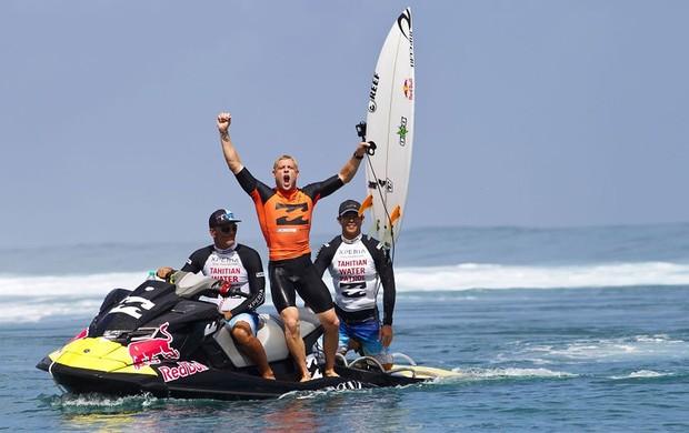 Ainda no jet ski, o australiano vibra com a vitória no Mundial de Teahupoo