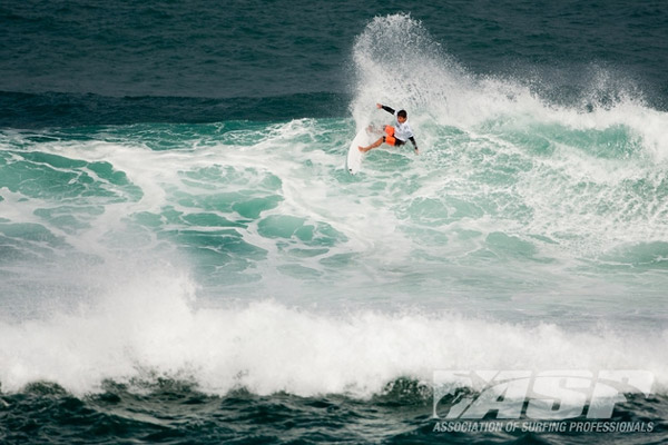 Peterson Crisanto despachou dois havaianos, Tanner Hendrickson e Chris Foster, para passar atrás do californiano Chris Ward.