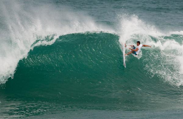 O surfista paraibano Jano Belo Jano Belo, superou o havaiano Nathan Carvalho e o australiano Davey Cathels no terceiro confronto do dia.