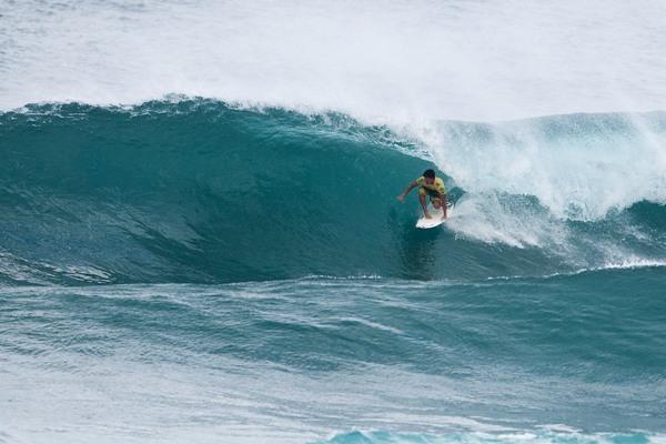 Gabriel Medina no tubo da sua última onda na final