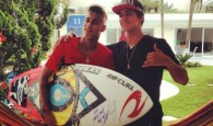 Neymar ganha prancha autografada de Gabriel Medina, sétimo melhor surfista do Mundo
