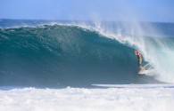 "[slideshow auto=""on"" thumbs=""on""] Volcom Pipe Pro 2013, Banzai Pipeline, Hawaii. Foto: Brian Bielmann Confira matéria completa Volcom Pipe Pro 2013, Banzai Pipeline, […]"