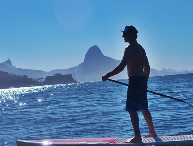 Joel Parkinson faz uma travessia de stand up paddle