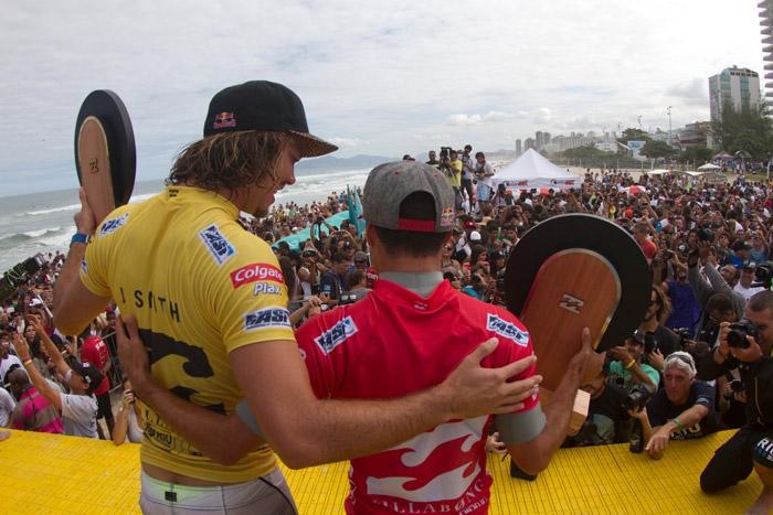 Adriano de Souza e Jordy Smith no podio do Billabong Rio Pro na Barra da Tijuca