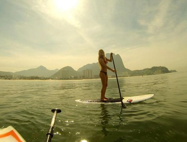 Alana Blanchard fez o stand up paddle com o namorado Jack Freestone. Foto: Reprodução / Twitter