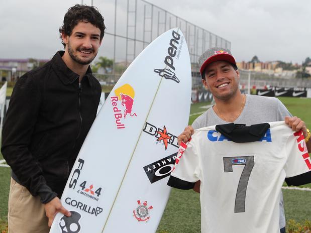 Pato deu camisa de presente a Mineirinho e ganhou prancha de Surfe