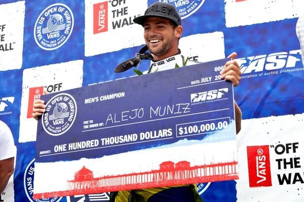Alejo Muniz com o checão de 100.000 dólares do campeão do US Open (Foto: Sean Rowland / ASP)