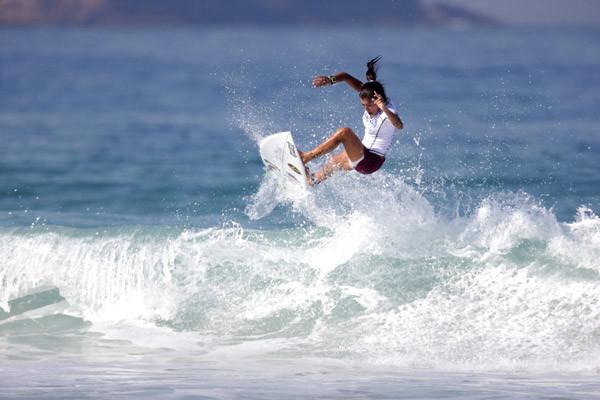 Silvana Lima no aéreo-reverse sem as mãos na borda que valeu a maior nota do Billabong apresenta Rio Women´s Pro (Foto: Sebastian Rojas / Billabong)