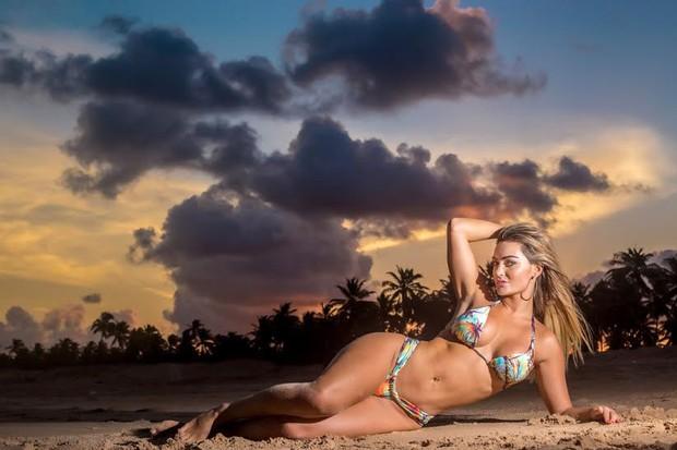 Laura Keller, de 'Pé na cova' posa na praia em ensaio super sensual.