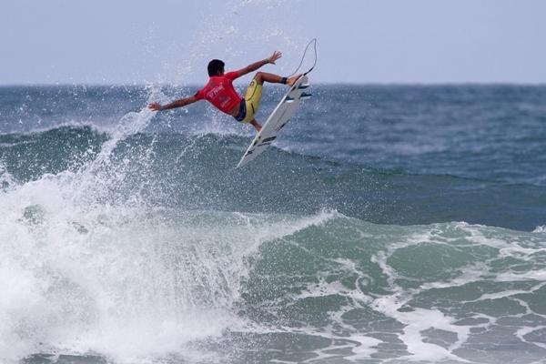 Filipe Toledo no aéreo full-rotation de backside que valeu a primeira nota 10 em Maresias (Foto: Daniel Smorigo / ASP)