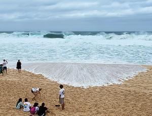 A organização da última etapa do Mundial de surfe, realizada na praia de Pipeline, no Havaí, decidiu adiar por mais um dia a competição, neste domingo (14), por causa das condições do mar.