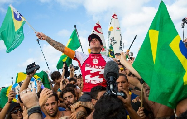 Gabriel Medina é carregado por amigos na comemoração do título mundial (Foto: Kirstin Scholtz / ASP)