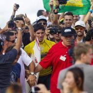 Torcida brasileira faz a festa nas areias do Havaí