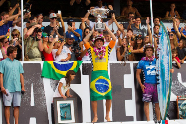 Gabriel Medina faz a festa no pófio do Billabong Pipe Master 2014