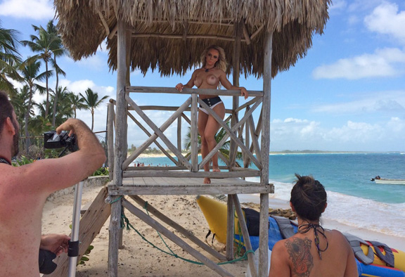 Miss Bumbum Brasil 2014, Indianara Carvalho posa nua para revista em Punta Cana