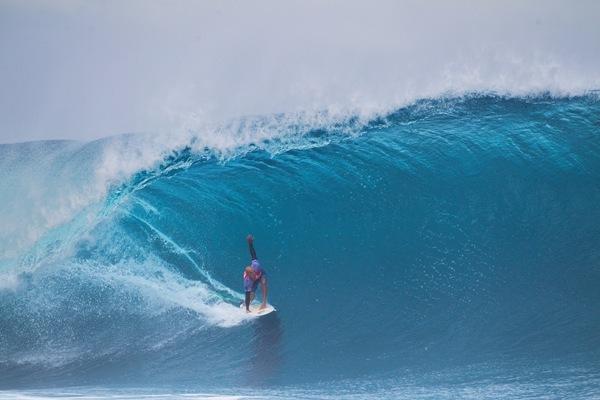 As condições do mar estavam tão difíceis que apenas Kelly Slater conseguiu surfar dois bons tubos