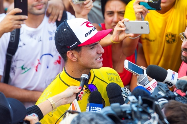 O paulista Gabriel Medina, 20 anos, deu o primeiro passo na busca pelo inédito título mundial para o Brasil no Havaí. Ele estreou com vitória no Billabong Pipe Masters