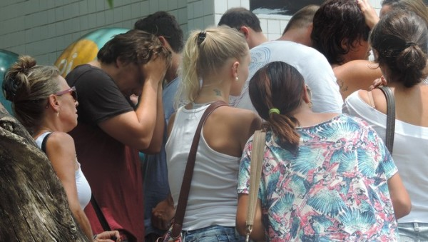 Amigos e familiares se desesperam em frente ao hospital (Foto: Renan Koerich)