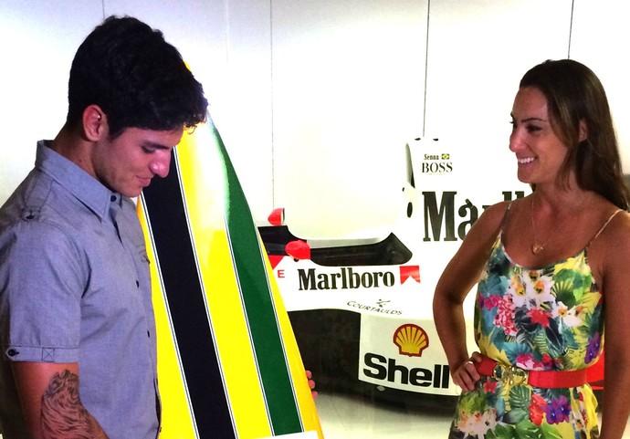 Gabriel Medina em Bianca Senna com prancha das cores do capacete de Ayrton Senna