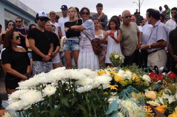 Surfista Ricardo dos Santos é sepultado