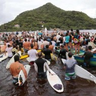 De mãos dadas formando um grande círculo, surfistas rezaram em homenagem a Ricardinho.