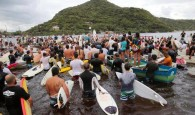 Mais de 350 pessoas entre amigos e parentes do surfista Ricardo dos Santos na praia da Guarda do Embaú. Ricardinho […]