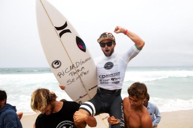 Alejo homenageou o amigo Ricardo dos Santos Foto: Steve Robertson / WSL