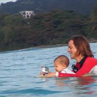 Bebê de 9 meses surfando com o pai