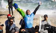 """Adriano de Souza vence o Drug Aware Pro 2015 e dispara na liderança do ranking mundial. O paulista Adriano """"Mineirinho"""" […]"""