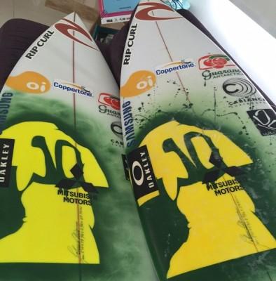Gabriel Medina desenha camisa com o número 10 nas pranchas que vai usar no Rio