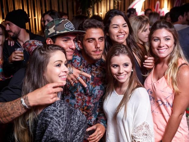 gabriel_medina_e_filipe_toledo_fazem_festa_para_comemorar_vitoria_no_wct_do_rio