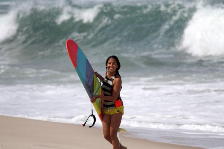 Surfista Tayna Hanada surfando em Maresias, São Sebastião (SP)
