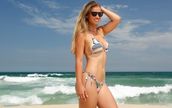 Angela Sousa faz ensaio sensual no estilo surf