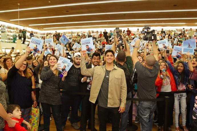 Gabriel Medina lança livro biografia em São Paulo