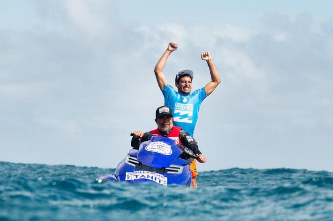 Jeremy Flores garante a vitória sobre o campeão mundial no Billabong Pro Tahiti com o tubo quase nota 10 que surfou em sua primeira onda na final da etapa da World Surf League na Polinésia Francesa