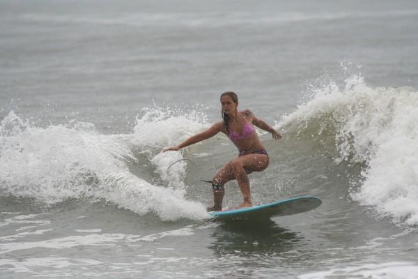Thiara-Mandelli-quebrando-tudo-em-Matinhos-Parana-foto-surf-3