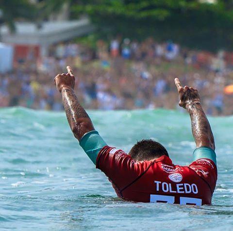 Filipe Toledo vence Italo Ferreira em final brasileira no Rip Curl Pro Portugal 2015