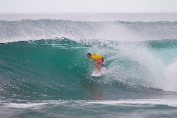 O portugês Tiago Pires tirou a maior nota da quinta-feira em Haleiwa. FotoSurf: Laurent Masurel / WSL