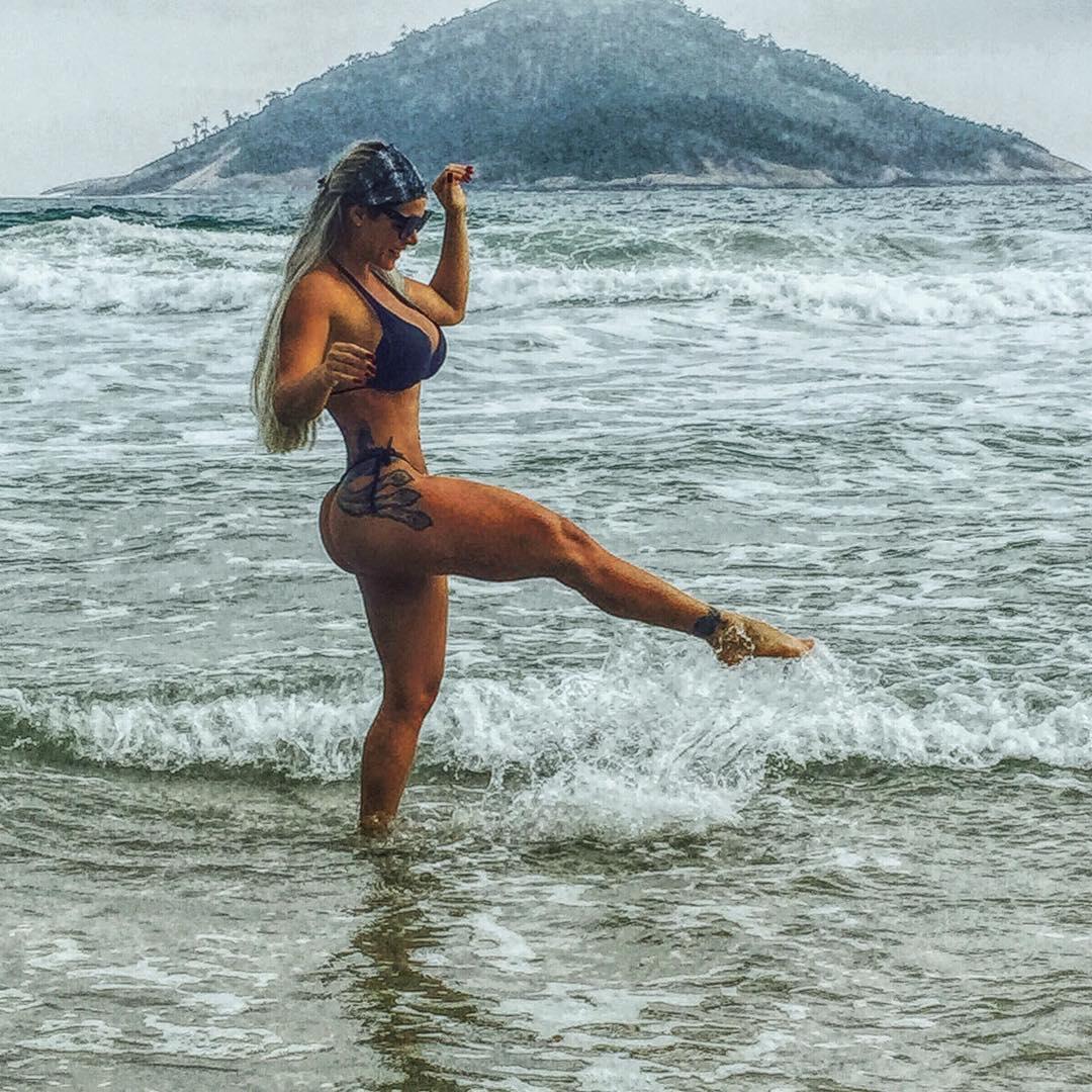 Denise Rocha é a cara do verão