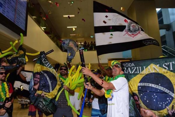 Fãs levaram bandeira do Corinthians, time de coração de Mineirinho, ao aeroporto FotoSurf: Djalma Vassão / Gazeta Press