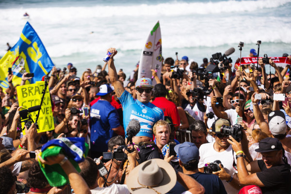 Adriano de Souza é campeão do Billabong Pipe Masters e conquista o título mundial. FotoSurf: Kirstin Scholtz / WSL