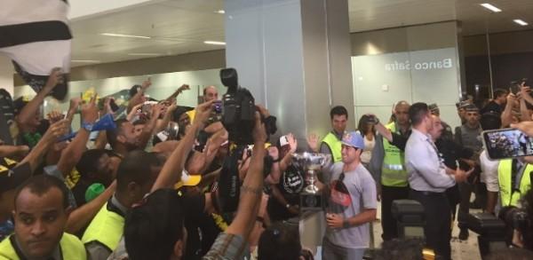 Adriano de Souza, o Mineirinho, desembarca no aeroporto de Guarulhos, na Grande São Paulo, nesta terça-feira (22).